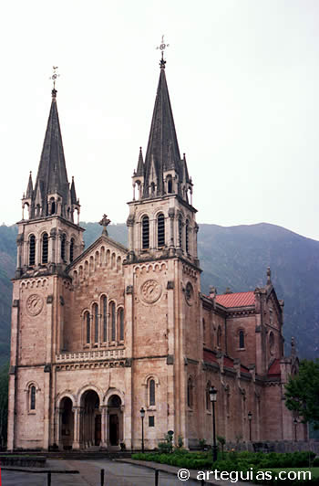 Otra  imagen de la fachada principal de la Basílicade Covadonga