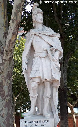 Estatua de Don Pelayo, caudillo de Asturias, en la Plaza de Oriente de Madrid