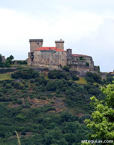 El conjunto del castillo de Monterrey desde el oeste