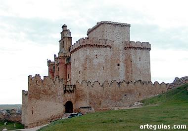 Castillo de Turegano desde el este, con la puerta en primer término