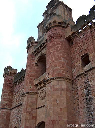 Fachada sur del castillo con su famosa espadaña