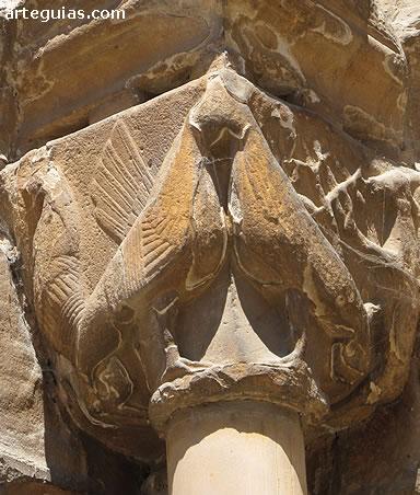 Gallos o basiliscos en la puerta principal