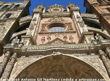 decoradísima y monumental fachada oeste de la catedral de Astorga, León