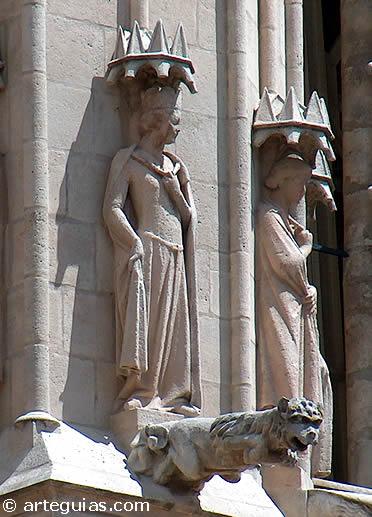 Esculturas de didtintos personajes y gárgoles en las partes altas de la catedral