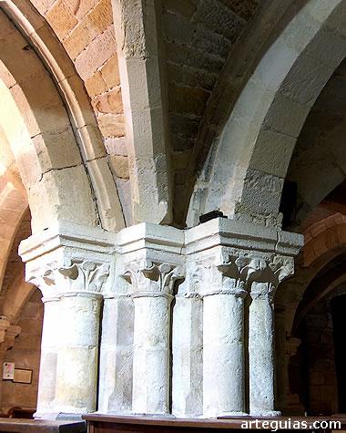 Iglesia baja: pilares con columnas