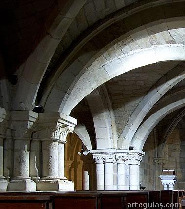 Los pilares y bóvedas son muy robustos para soportar la iglesia alta