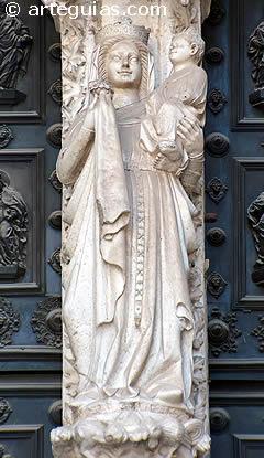 Virgen y el Niño en el mainel de la Puerta del Reloj