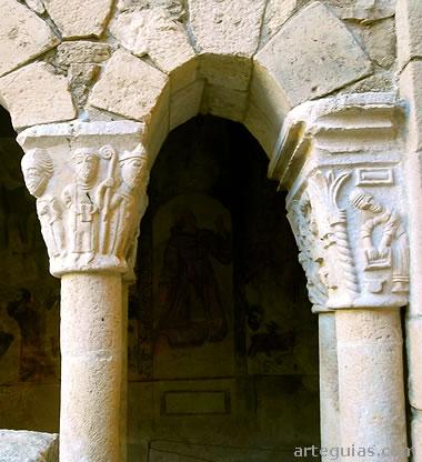 Ceremonia de consagración de la colegiata en uno de los capiteles del claustro