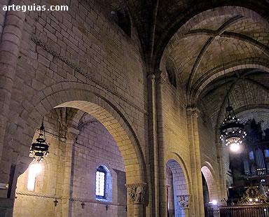 Arcos formeros. Interior de la colegiata de Santillana del Mar