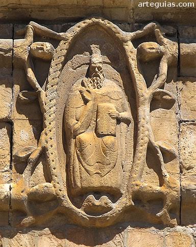 Relieve escultórico románico de Cristo en la mandorla entre cuatro ángeles