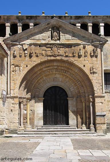 Puerta principal de la colegiata