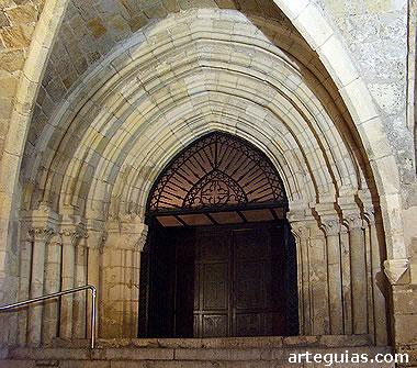 Puerta principal de acceso a la iglesia baja