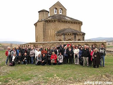 Imagen del grupo posando ante el misterioso templo de Eunate