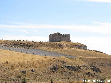 Este viejo templo románico se encuentra abandonado en los alto  de un cerro