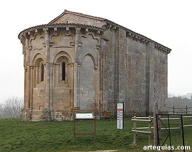 A lo lejos, la ermita destaca por su ábside y la sillería de la construcción