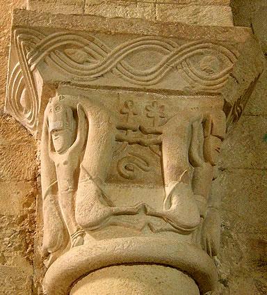 Capitel con leones andrófagos