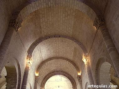 Bóveda de medio cañón de la nave central