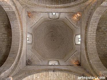 Arcos torales con la cúpula del cimborrio