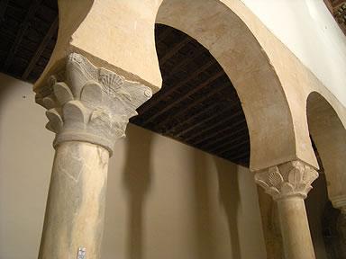Arcos y capiteles mozárabes del templo