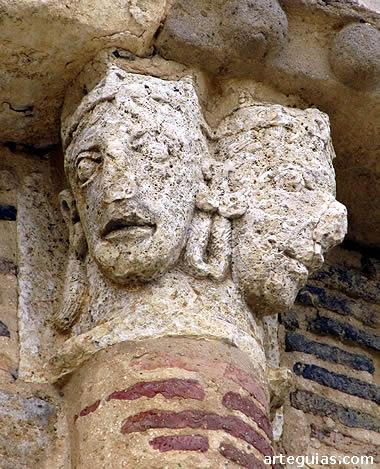 Capitel con dos cabezas humanas, posiblemente de musulmanes