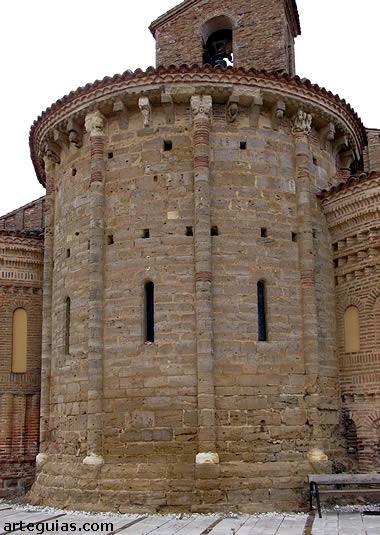 El ábside central es completamente románico en piedra