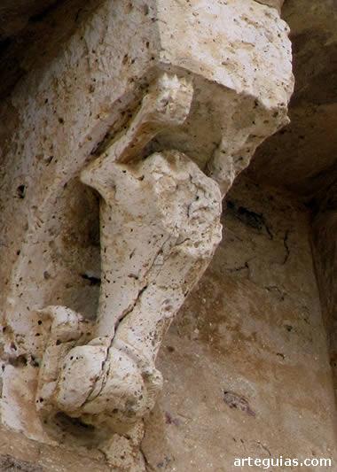 Canecillo con el cuerpo mutilado de un león