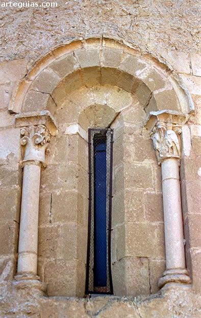 Adrada de Pirón: ventanal del ábside