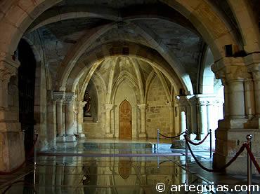 Nave norte de la iglesia baja de la Catedral de Santander. Transición del románico al gótico