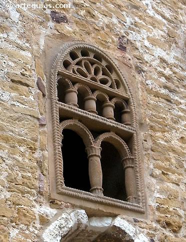 Ventanal con celosías de San Miguel de Lillo