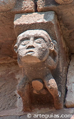 Canecillo con hombre itifálico con el pene amputado (¿censurado?). Iglesia de Vizcaínos, Burgos