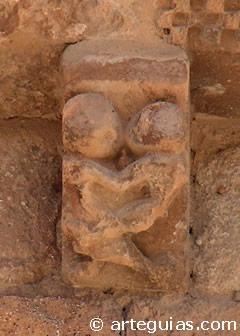 Escena amorosa en un canecillo de Castillejo de Robledo (Soria)