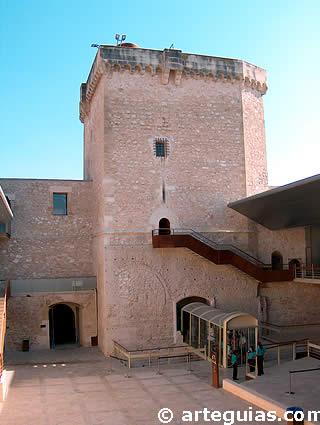 Patio de armas y torre del homenaje del Castillo Palacio de Altamira de Elche