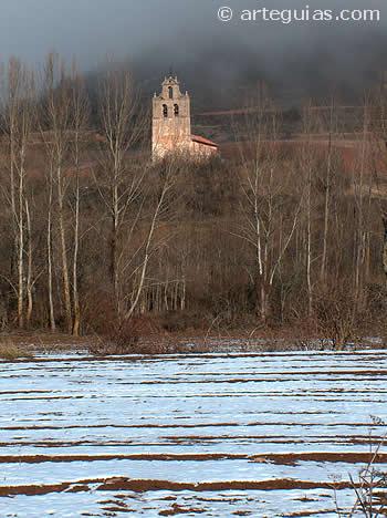 Iglesia visigoda de San Vicente del valle, en su espectacular escenario paisajístico. Sierra de la Demanda, Burgos
