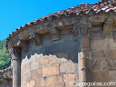 Ábside de la iglesia de Ujo, ejemplo capital del románico de la Montaña Central de Asturias