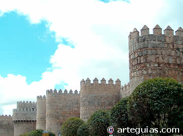 Muralla de Ávila, con el cimorro al fondo