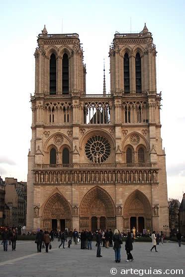 Notre Dame de París en una de las joyas del gótico en Europa, en su fase temprana