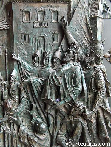 Escena de la Reconquista en una de las puertas de la catedral de la Almudena de Madrid