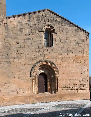 Portada y ventanal en la fachada occidental de la iglesia románica de Tirgo (La Rioja)