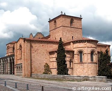 Edificio románico con transepto que define una plannta de cruz latina: San Vicente de Ávila