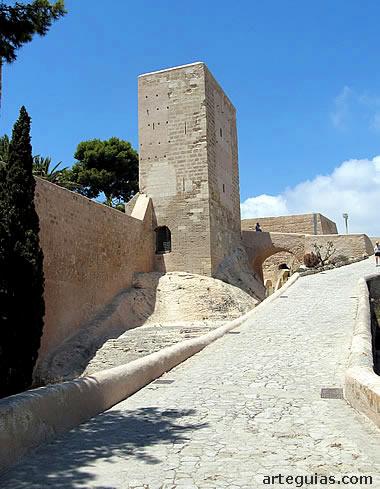 Subida a los recintos superiores del castillo de Alicante