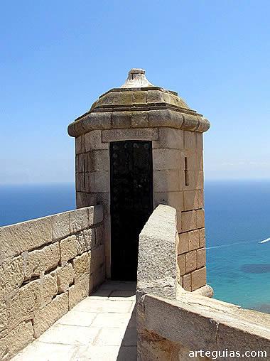 El Mar Mediterráneo desde una de las garitas del castillo de Santa Bárbara de Alicante