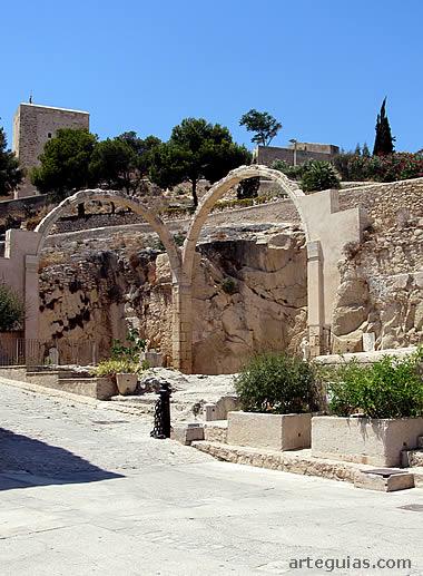 Ruinas de la Ermita de Santa Bárbara en el castillo de Alicante