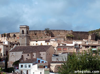 Planes con su fortificación en la parte alta de la localidad