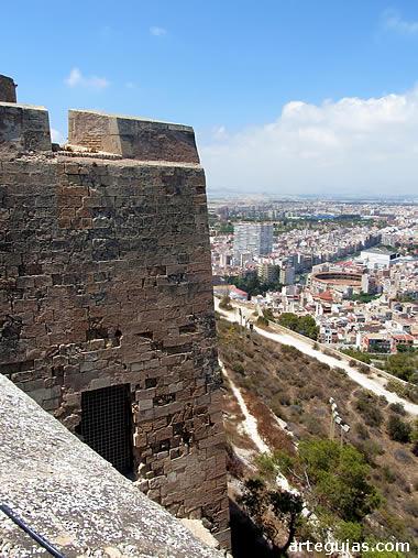 Castillo de Santa Bárbara, con la ciudad de Alicante al fondo