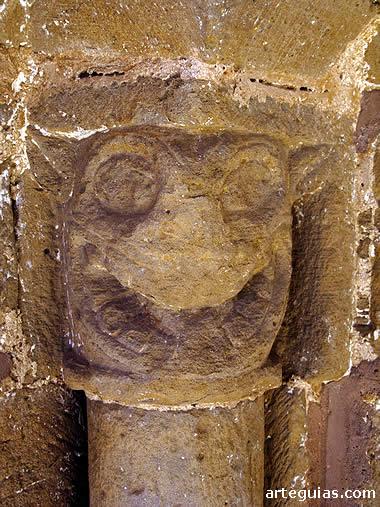 Capitel con cabeza zoomorfa