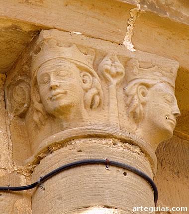 Capitel del ábside con cabezas de reyes