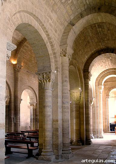 Columnas y pilares en la iglesia románica de San Martín de Frómista, Palencia