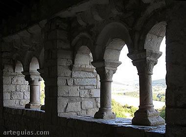 Interior de la galería porticada de la iglesia de Eusa