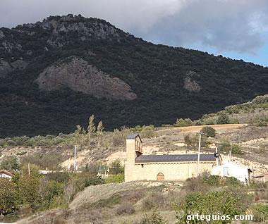 la iglesia de Galbárruli, en su  contexto paisajístico