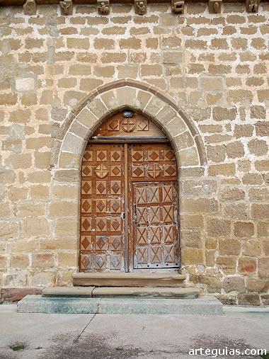 Sencilla puerta de la iglesia